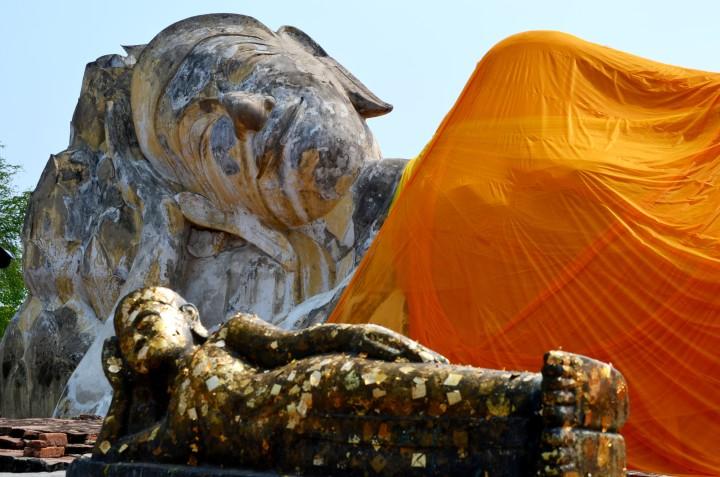 Kinder in Thailand und liegender Buddha Ayutthaya
